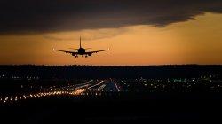 lądowanie samolotu o zachodzie słońca